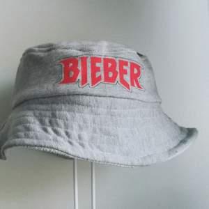 Så söt och cool reversible buckethat som jag sytt själv i en Justin Bieber hoddie ✨! Perfekt för sommaren. Passar alla✨👌