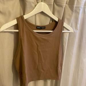 Jättegullig brun topp i storlek M säljs då den aldrig kommit till användning. Den är oanvänd och säljs för 80kr plus frakt 🤎🥰