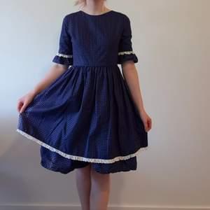 Jag önskar att jag kunde visa 1000 till bilder på den här söta klänningen! Jag har hållt hårt i den länge, men den är inte min stil och jag har den aldrig på mig, så förhoppningsvis kan någon annan få nytta av den. Den är köpt second hand för säkert nästan tio år sedan, och är sedan dess mycket sparsamt använd och i gott skick. Ursprungligen från Kiddie Ateljén, gissningsvis 60/70-talet. Underkjolen kan stärkas för att få kjolen att stå ut mer, eller så kan den bäras med underkjol. Knapparna på baksidan är tyvärr inte original, eftersom flera saknades när klänningen köptes är de utbytta. Den är rätt liten till storleken och passar nog bäst på en XS/XXS. Kan mötas upp/köparen står för frakt. Tar swish.