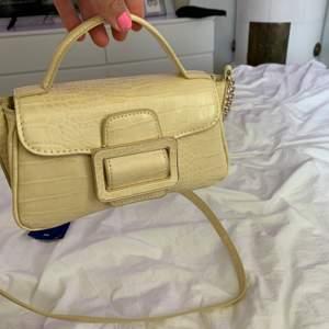 Liten jättesöt ljusgul handväska från zara. Köpt för ca 1 månad sen. Använd 1 gång så den är helt i nyskick!