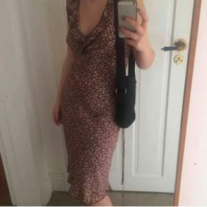 rosa/brun klänning från gamla h&m (hennes). blommönster. bomull, stretchig och luftig. strax nedanför knäna på mig som är 1,60