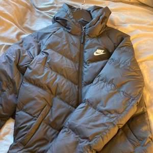 Superskön trendig jacka som passar perfekt nu till vintern! Nästan helt oanvänd, köpt förra vintern för ca 700kr🥰Pris kan diskuteras😊Köparen står för frakten!