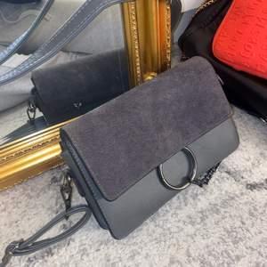 Grå Chloe väska med väldigt mycket plats. Säljer för 400, inga skador eller repor.