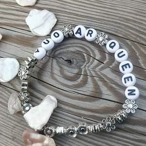 Hemmagjordt armband med blom pärlor och bokstavs pärlor där det står: you ar Queen.det kostar:19 kr + frakt.hoppas att ni vill köpa 💛✨ Mvh Sally