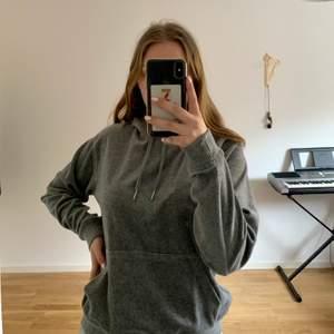 Säljer min gråa hoodie då den inte används. Finns en ficka på magen som man kommer åt från båda håll. Samt även två snören att spänna åt luvan med.