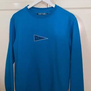 Fin sweatshirt i najs blå färg i bra skick