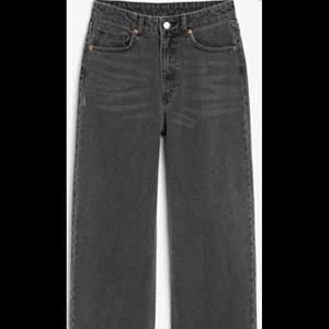"""Mina gammla grå jeans från monki. Dem har storlek 26 och har passformen """"mozik"""". Dem är i bra skick men har super små vita fläckar på benen som knappt är synbart. Mina gammla favorit jeans men passar inte mig längre helt enkelt;("""