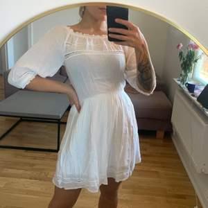 Superfin vit klänning från Cubus i storlek 36. Dubbla lager tyg vid kjolpartiet, syns inte igenom. Oanvänd. Jag är en S/M och 168 cm. Köparen betalar frakten som tillkommer 💌