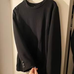 Jättesnygg och ball sweatshirt från ZARA. Använd 1 gång. Tycker det är skitsnyggt med knapparna då den liknar en kostymkavaj!!