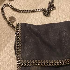 Navy Cross body bag, original. Sparsamt använd, gott skick. Nypris: 6359kr