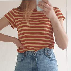 En t-shirt från Weekday som är sparsamt använd, och därmed i mycket gott skick! Materialet är mjukt och väldigt stretchigt. Storlek small.
