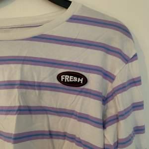 randig långärmad tröja i vitt, lila och blått från junkyard. storlek s. nypris 149kr. frakt ingår 🤎