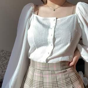 säljer denna somriga blusen från monki! original pris på 250kr 🍄 nästan aldrig använd och är i storlek 40! balloon sleave tröja med en 'corset' inspirerad modell!  väljer och sälja vidare då den inte sitter riktigt bra på mig. Frakten är inkluderad i priset!! 🍀