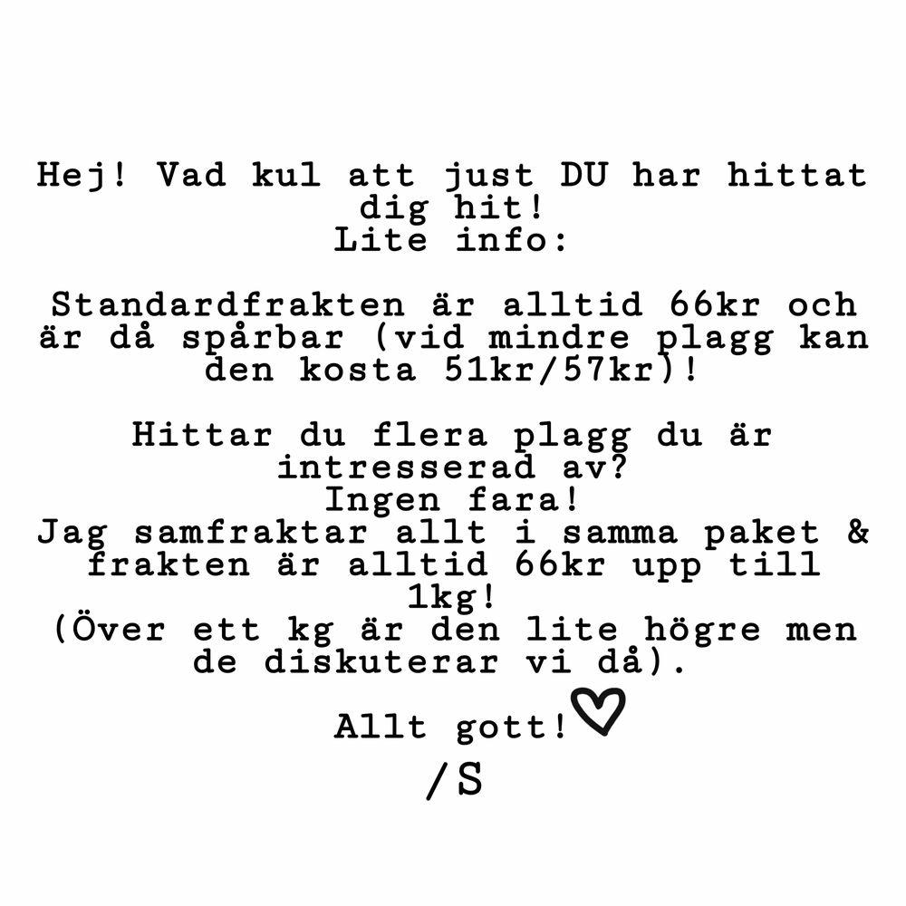 Klassisk polo från Zara med söta detaljer på muddarna! 💐 50kr . Tröjor & Koftor.