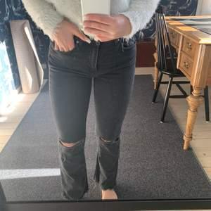 Ett par snygga jeans från Gina tricot. Har gjort hålen själv, sitter som ett smäck! Är storlek 36 men skulle säga mer en 34.