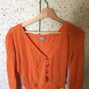 En fin croptop/kofta i orangt🍊. Sånna här tröjor verkar vara populärt nu. Säljer pga den inte passar min stil längre.
