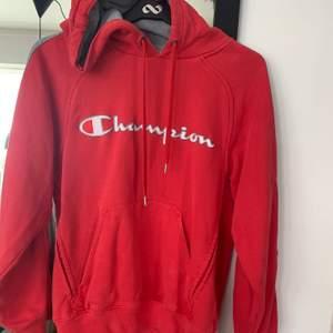 Röd (inte lika knallröd som fotot) vintage Champions hoddie, passar xs-m 🤩 finns nån obehandlad fläck.