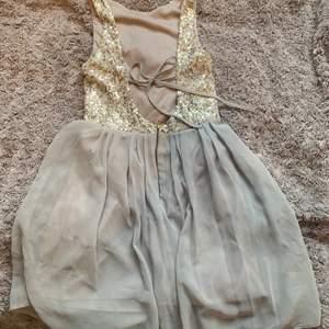 Klänning med öppenrygg och paljetter från Elise Ryan. Jag är storlek S och får på mig den men då är den för kort så skulle gissa att den är XS/XXS. Köpare står för frakt💕