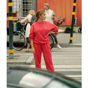 Super populärt set från Maja Nilsson Lindelöfs kollektion med Gina. Säljer antingen både byxorna och tröjan tillsammans för 400 eller plaggen var för sig för 250. Då plaggen är köpta separat för 300 kr st. Tröjan är i xxs och byxorna är i S. Jag skulle dock säga att tröjan sitter mer som S och byxorna som M. 💗💗