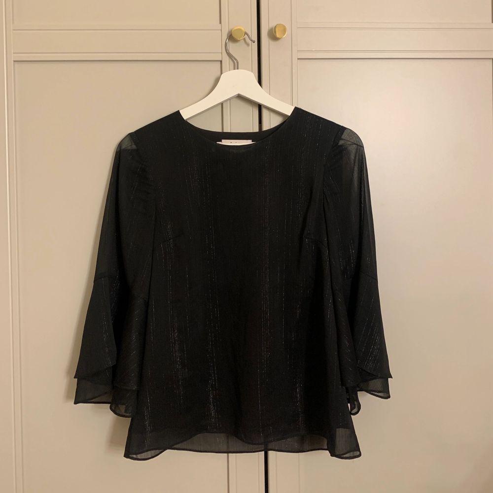 Intressekoll på denna svarta glittriga Stylein blusen. Storlek XS men passar även S. Använd. 2-3 gånger och i väldigt fint skick. Nypris runt 2000 och lägsta bud är 600.. Blusar.