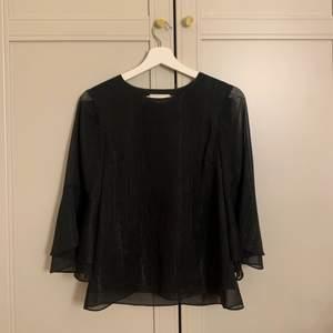 Intressekoll på denna svarta glittriga Stylein blusen. Storlek XS men passar även S. Använd. 2-3 gånger och i väldigt fint skick. Nypris runt 2000 och lägsta bud är 600.