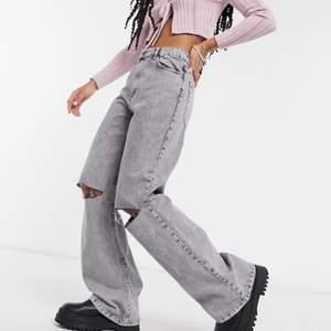 As snygga bershka jeans som tyvär blivit försmå på mig så valde att sälja vidare de. Jag är 164 cm och de går ner till fötterna på mig, de är även väldigt små i storleken. Använda Max 3 gånger så är alltså i väldigt bra skick. Kan mötas upp och frakta men står inte för postens slarv❤️