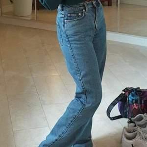 weekday jeans i modellen rowe för stora i midjan på mig bra lång är 160
