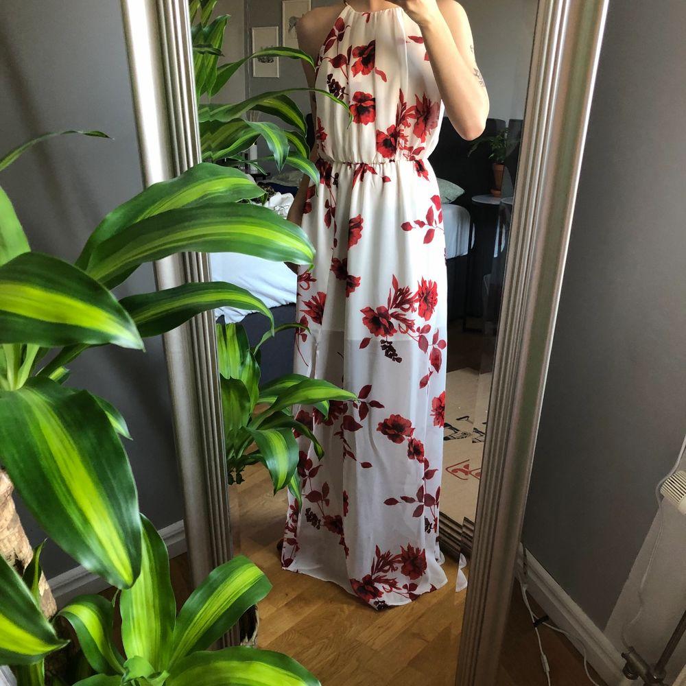 Aldrig använd, väldigt lång! Jag är 163 cm, tyget är dock väldigt tunnt och den är superfin! 💕. Klänningar.