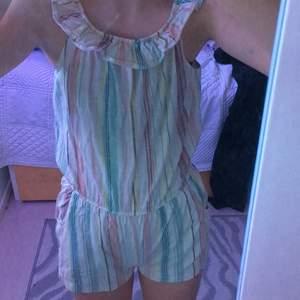 Färgglad dress. Denna dress har volanger uppe vid bröstet och runt.