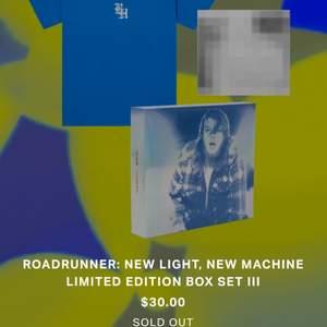 Brockhamptons exklusiva merch inför deras nya album ROADRUNNER! Tröja + album med 4 extratracks som inte släpps på stremingtjänster! Säljer pga köpte samma som min pojkvän och vi behöver inte 2 ex! Köpt för ca. 450kr! Aldrig använt! Buda gärna!