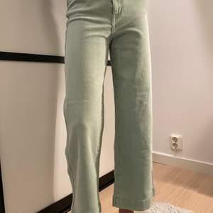 """Säljer ett par mintgröna jeans från weekday i modellen """"veer"""", storlek 25. Svag blekt fläck på baksidan av ena benet, se andra bilden💚"""