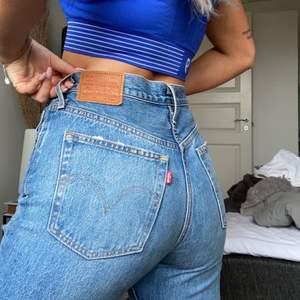 Kollar intresset på mina Levis vintage 501 jeans, supersnygga hål på knäna, har klippt egen slits.