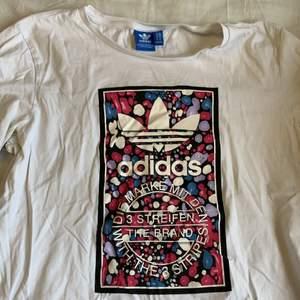 Äkta adidas tröja köpt på en streetwear butik i Spanien 🇪🇸 sjukt cool tryck. Är i väldigt fint skick, men kommer ej till användning längre. Frakt ingår i priset 📦