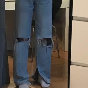 Ett par supersnygga 90s jeans från gina trikot som jag har klippt slits på