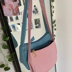 Två helt oanvända väskor som tyvär inte kommit till användning! Säljer för 40 kr styck eller 60 kr för båda 💘💘