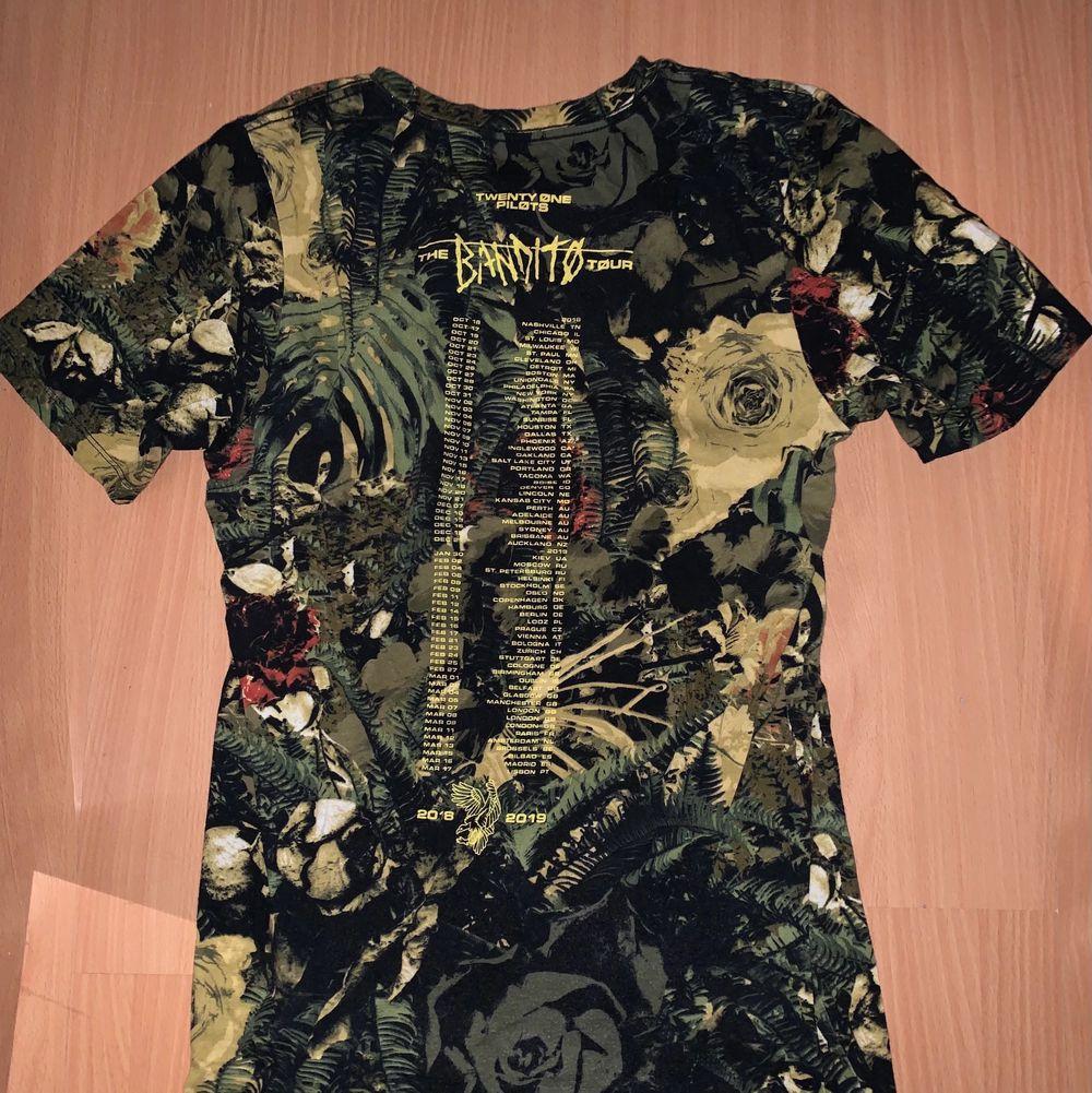 Merch, en T-shirt. Själv har jag aldrig använt den, köpt härifrån på Plick. I storlek S. T-shirts.