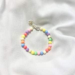 Superfint armband jag gjort själv med färgade pärlor, 15cm+5cm är måttet! 💕 @tinsel.uf på instagram!