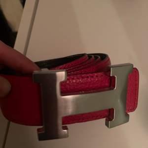 Rött Hermes bälte!❤️ Köpt på secondhand och vet därför inte om det är äkta eller ej. Den har lite vit färg på sig men som tur är det på insidan bara. Använt kanske 3 gånger av mig. Kan tänka mig att det är unisex🤩 möts upp i Sundsvall eller fraktas för  70kr.