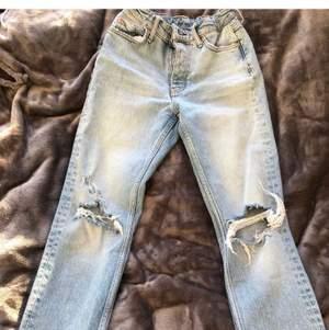 Fina tighta jeans byxor med hål, utan några fläckar. Köparen står för frakten 🥰