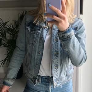 Jeansjacka från Zara. Fin och skön men kommer inte till användning.