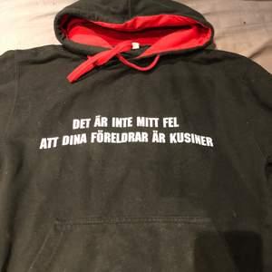 """En kaxig hoodie där det står """"Det är inte mitt fel att dina föreldrar är kusiner"""" med röd luva!"""