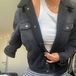 Säljer min älskade jeansjacka med foder från PULL&BEAR! Den är från killavdelningen💕💕 Frakt tillkommer