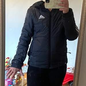Adidas jacka, det står stl XS men den är som en stl S/M. Skickas spårbart med posten, frakten kostar 66:-