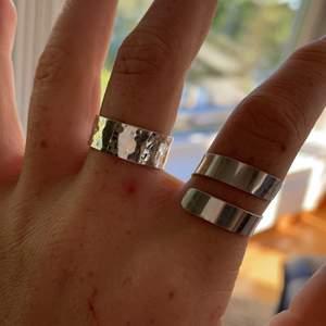Ring i sterling silver. Passar bra med andra ringar eller själv. Tillverkar egna ringar av silver hemma och första bilden visar två av dem. Den som säljs är lite tunnare och går att justera till vilken storlek du vill.