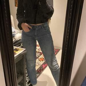 """Jag säljer nu ett par jättesköna jeans med """"glittrig"""" detalj på sidan. De är i storlek 36 men passar utan problem mig som är en storlek 38. För fler bilder eller andra frågor, hör bara av dig!😄"""