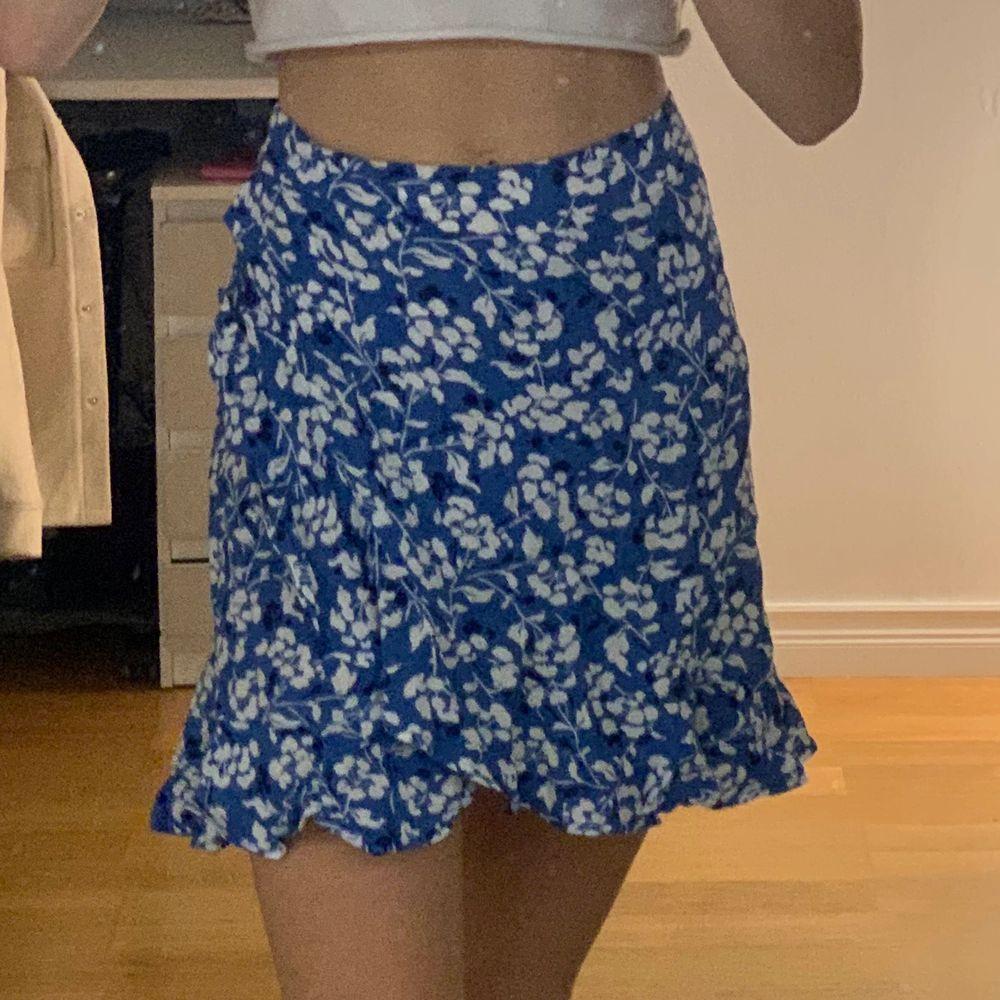 Supersöt blå volangkjol ifrån mango, köpt förra sommarn och säljs inte längre! Fint skick och sparsamt använd💕. Kjolar.