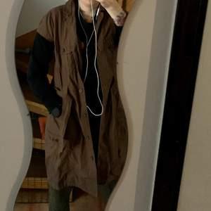 Så cool lång brun skjortklänning storlek 40. Blivit lite dassig.