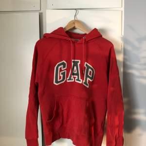 Röd, vintage GAP hoodie i storlek XS men skulle säga att den passar XS-M då jag själv vanligtvis har M:)