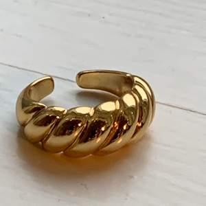 Helt ny justerbar croissant ring☺️ super fin och trendig ring som passar till allt☺️ finns 2 st!