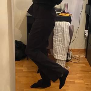 Säljer dessa byxor från second hand som är lagom långa på mig som är 1,80 lång.